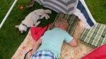 Vi sovna begge to i skyggen under parasollen